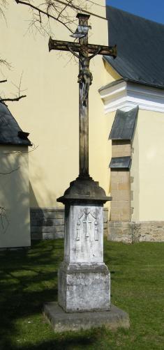 Kříž ukostela